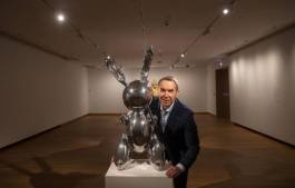Artist Jeff Koons poses next to his piece called Rabbit at the Ashmolean Museum in Oxford. Photo: xlsemanal.com